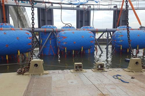 Floats for dam gates